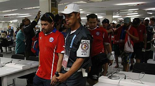 Hàng trăm fan Chile gây bạo loạn trước trận đấu - 1