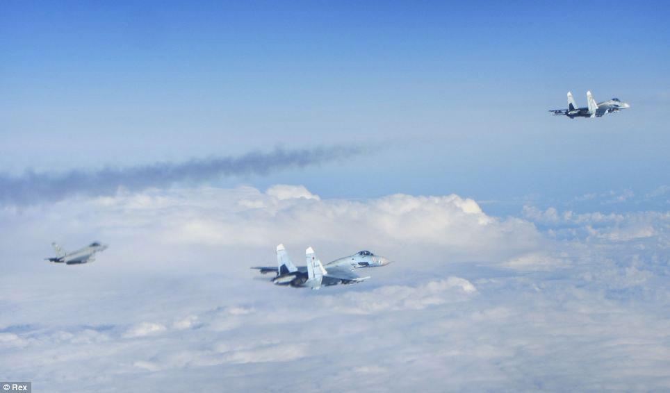 Cận cảnh chiến đấu cơ Anh chặn 7 máy bay Nga - 3