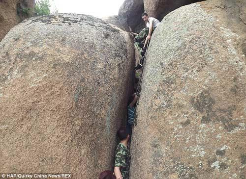 TQ: Giải cứu một phụ nữ bị mắc kẹt dưới khe đá - 1