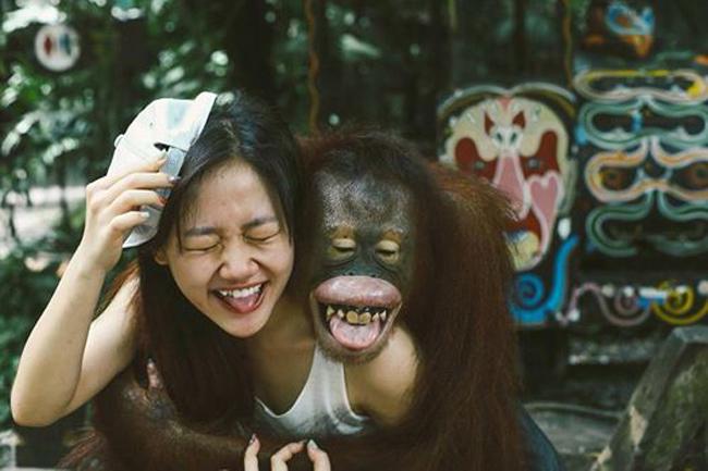 Văn Mai Hương khoe ảnh hài hước bị một chú đười ươi ôm chặt.