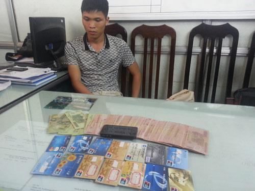 Bắt người TQ dùng thẻ ATM giả trộm tiền tại HN - 1