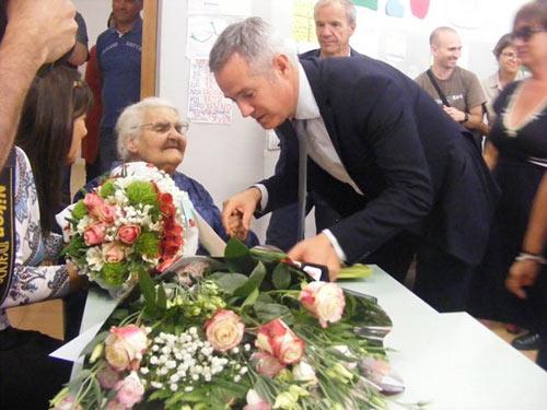 Cụ bà 99 tuổi nhận bằng tốt nghiệp... trung học cơ sở - 2