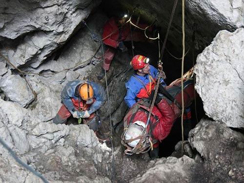 Đức: Giải cứu nạn nhân mắc kẹt trong hang sâu 11 ngày - 3