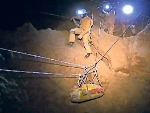 Đức: Giải cứu nạn nhân mắc kẹt trong hang sâu 11 ngày - 2
