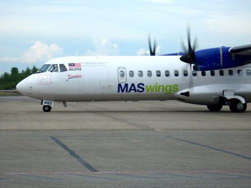 Máy bay Malaysia Airlines rơi động cơ giữa trời - 1