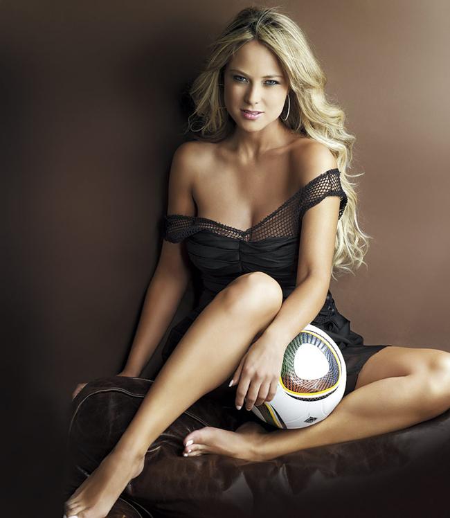 Vanessa Huppenkothen là một nữ MC được yêu thích trên bản tin thể thao tại Mexico. Với vẻ ngoài xinh đẹp, thân hình bốc lửa, sự xuất hiện của Vanessa tại World Cup 2014 nhanh chóng được chú ý