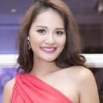 Thời trang - Hoa hậu Hương Giang dịu dàng với váy lệch vai