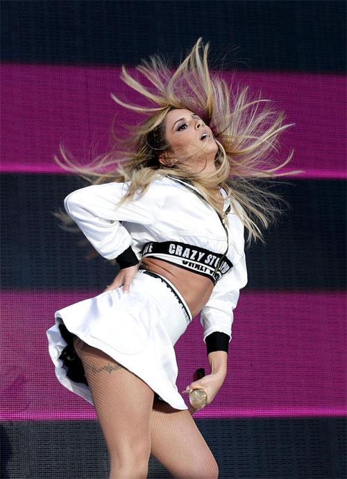 Cheryl Cole vô duyên với váy ngắn - 4