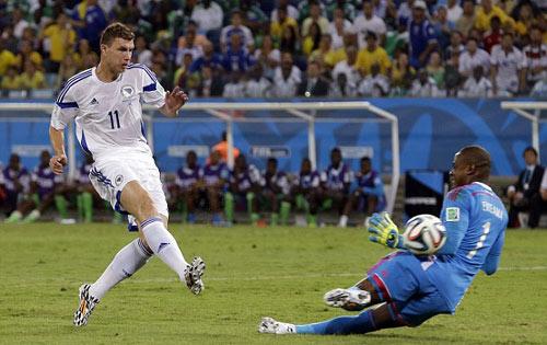Trọng tài World Cup tiếp tục sai nghiêm trọng - 1