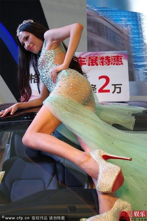 Bội thực chiêu khoe thân phản cảm của mẫu ôtô - 5