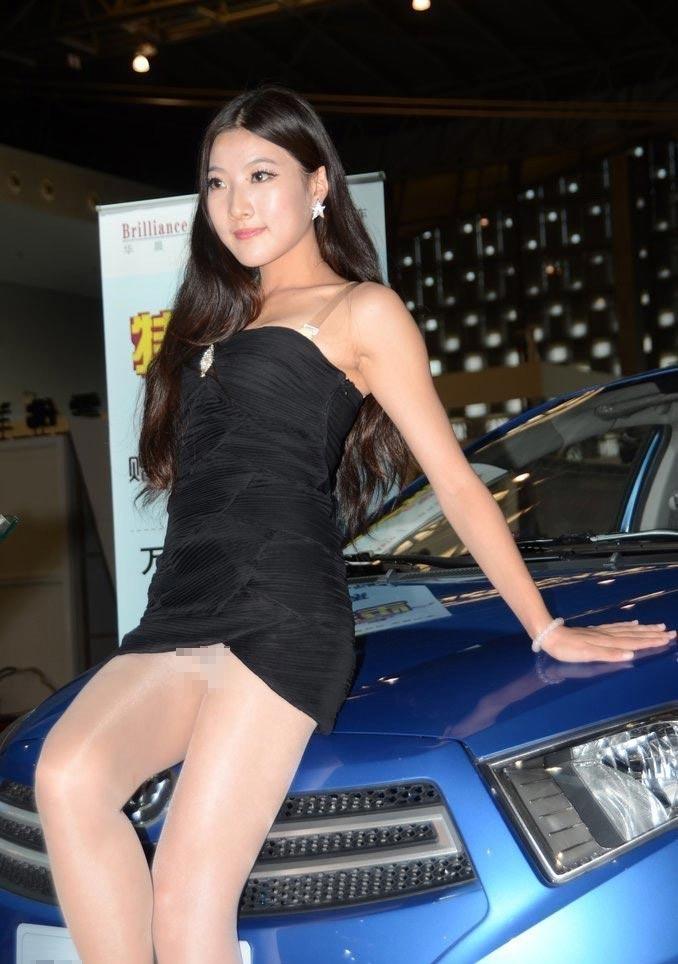 Bội thực chiêu khoe thân phản cảm của mẫu ôtô - 12