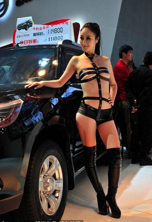 Bội thực chiêu khoe thân phản cảm của mẫu ôtô - 15