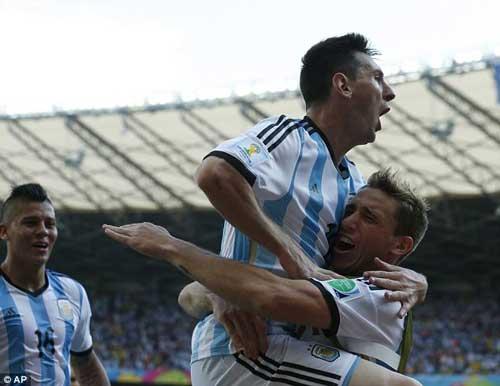 Messi sau 2 trận: Thấp thoáng bóng dáng Maradona - 2