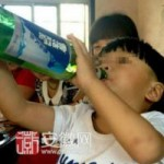Tin tức trong ngày - TQ: Choáng với cậu bé 2 tuổi uống rượu bia thay sữa