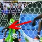 Bóng đá - Hy hữu: Đồng đội sút bóng gãy tay cầu thủ Nigeria