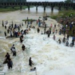 Tin tức trong ngày - TQ: Dân mạo hiểm mạng sống bắt cá trong nước lũ