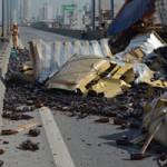Tin tức trong ngày - Hà Nội: Lật xe container, 50.000 chai bia tràn ra đường