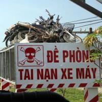 """Nghệ An: """"Trưng"""" 8 xe máy nát bét làm biển cảnh báo TNGT"""
