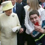 """Tin tức trong ngày - Ảnh ấn tượng: Chụp ảnh """"tự sướng"""" bên Nữ hoàng Anh"""