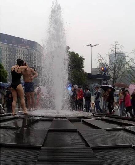 TQ: Cặp đôi hồn nhiên tắm chung giữa phố - 2