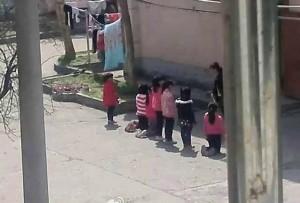 Trung Quốc: Giáo viên phạt học sinh quỳ giữa trưa