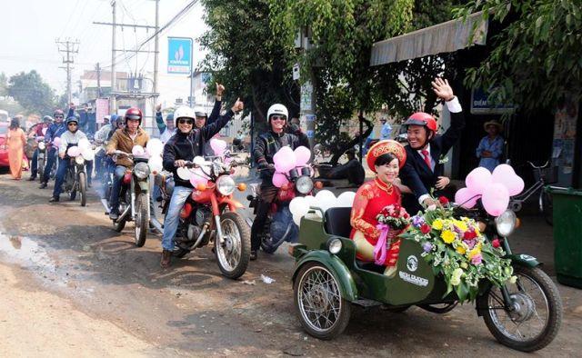 Độc đáo màn rước dâu bằng 'siêu xe' Minsk ở Đắk Lắk - 3