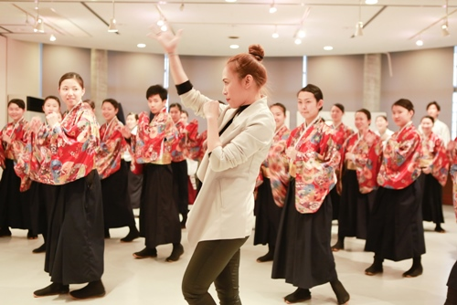 Mỹ Tâm dạy nhảy cho học sinh Nhật Bản - 4
