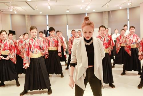 Mỹ Tâm dạy nhảy cho học sinh Nhật Bản - 2