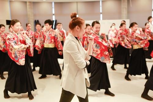 Mỹ Tâm dạy nhảy cho học sinh Nhật Bản - 3