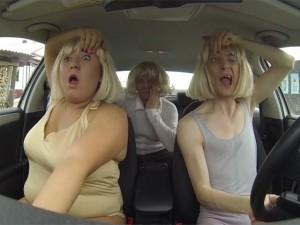 Clip hát nhép hài hước trên ô tô của gia đình người Nga