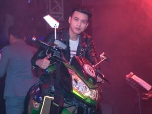 Hồ Quang Hiếu lái mô tô cực ngầu lên sân khấu