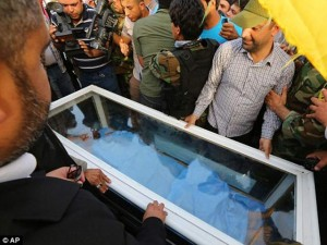 Thi thể phó tướng Saddam Hussein bị đem diễu phố