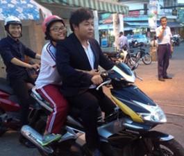 """Quang Lê bị """"ném đá"""" vì không đội mũ bảo hiểm chở con nuôi"""