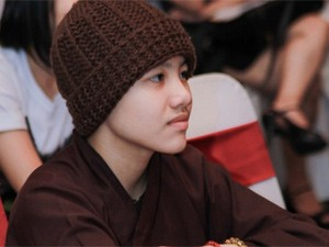 Huyền Trân bị cấm mặc áo ni cô trong liveshow Quang Lê
