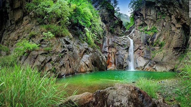 3. Thác Sambuyeon: & nbsp;Theo truyền thuyết, một con rồng đã bay ra từ thác nước cao 20 m ở tỉnh Gangwon này. Đó là lý do ngôi làng Yonghwadong gần đó có tên bắt đầu bằng chữ có nghĩa là  rồng .