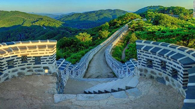 1. Pháo đài Namhansanseong: & nbsp;Nằm trên núi Namhan ở tỉnh Gyeonggi, pháo đài đắp bằng đất dài 12 km này được xây dựng từ 2.000 năm trước và tái thiết vào năm 1621. Với nhiều đường đi bộ tuyệt đẹp, đây là địa điểm du lịch được nhiều người yêu thích.