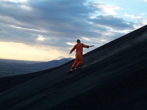 Đùa với tử thần: Điên rồ trượt trên đỉnh núi lửa - 4