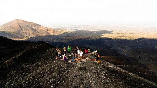 Đùa với tử thần: Điên rồ trượt trên đỉnh núi lửa - 1