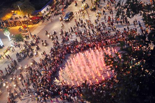 Hàng ngàn người tham quan phố đi bộ hiện đại nhất VN - 1