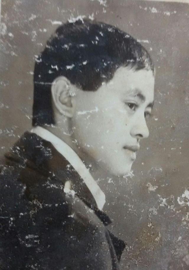 Giang Còi chia sẻ hình ảnh thời trai trẻ qua một bức hình đậm dấu ấn thời gian. Nghệ sỹ hài sở hữu gương mặt nhỏ nhắn, hiền lành.