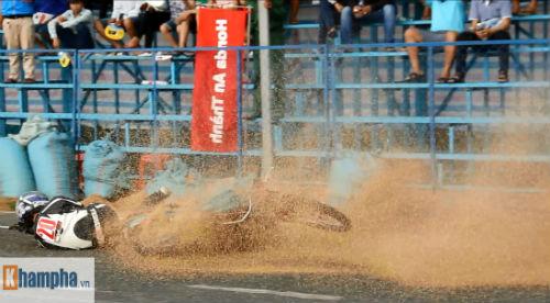 """Tai nạn """"như mưa"""" tại giải đua mô tô ở Bình Dương - 3"""