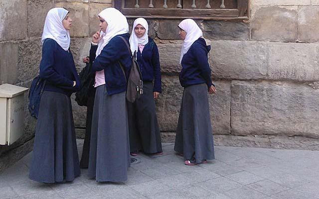 Pháp: Nữ sinh bị trường đuổi về vì mặc váy quá dài đi học - 1