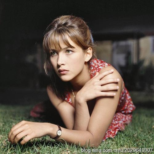 Tuổi 18 đầy mộng mơ của nữ diễn viên Pháp, Sophie Marceau. Đây cũng là thời điểm người đẹp dính phải vụ kiện tụng ầm ĩ khi yêu đạo diễn người Ba Lan 44 tuổi, Andrzej Żuławski.