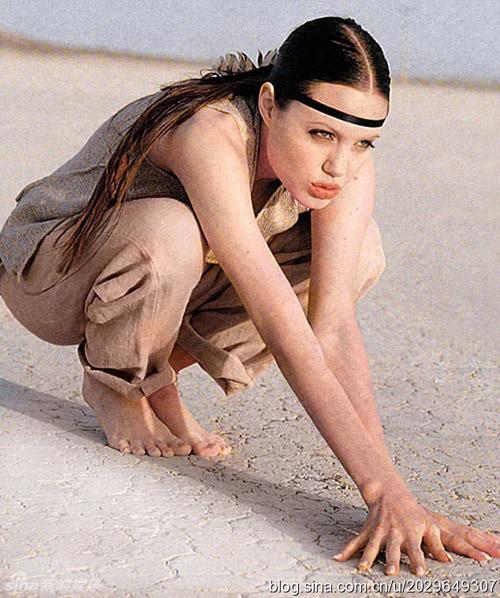Một Angelina Jolie tuổi 18 thuần khiết, đầy năng lượng với phong cách thời trang phóng khoáng và hoang dã.