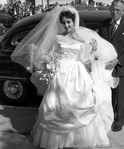 Năm 18 tuổi, Elizabeth Taylor khoác lên người chiếc váy cưới tinh khôi và mơ về một cuộc sống lãng mạn với chú rể Conrad Hilton, Jr. Tuy nhiên, cuộc hôn nhân kết thúc chỉ sau 7 tháng ngắn ngủi. Đặc biệt, Conrad là chú của cô nàng tiệc tùng Paris Hilton bây giờ.