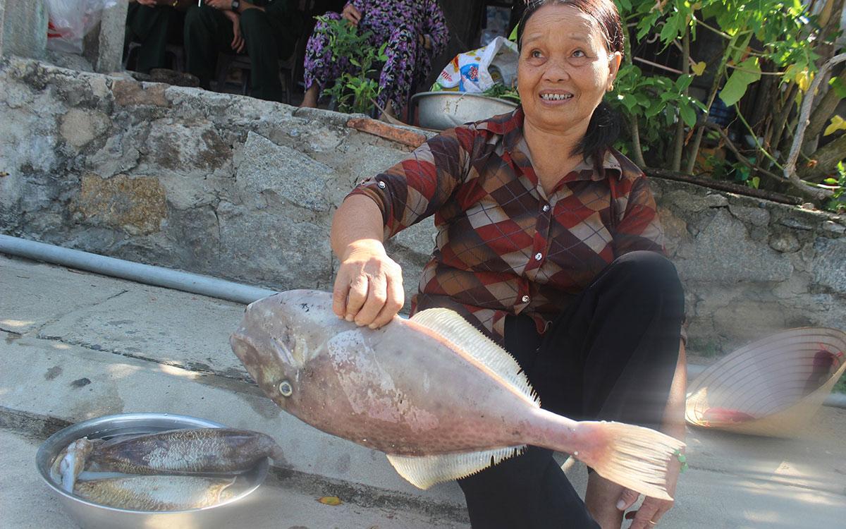 """Chợ hải sản tươi ngon có """"view đẹp nhất nhì Việt Nam"""" - 2"""