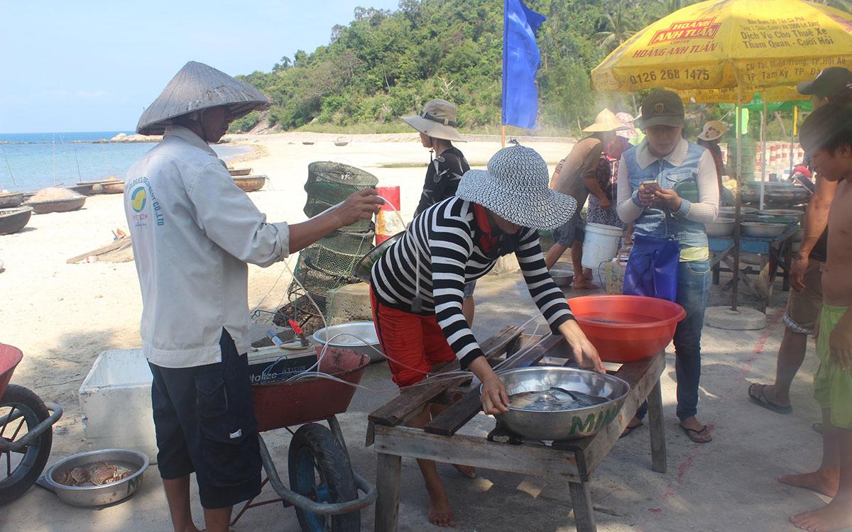 """Chợ hải sản tươi ngon có """"view đẹp nhất nhì Việt Nam"""" - 1"""