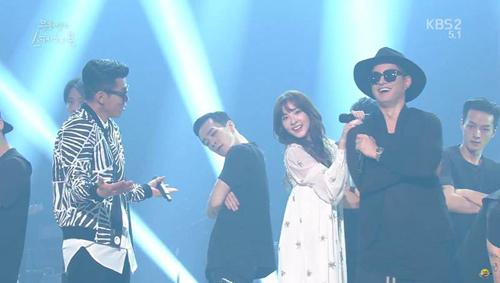 """Dara (2NE1) """"quẩy"""" hết cỡ cùng đàn anh trên sân khấu - 4"""