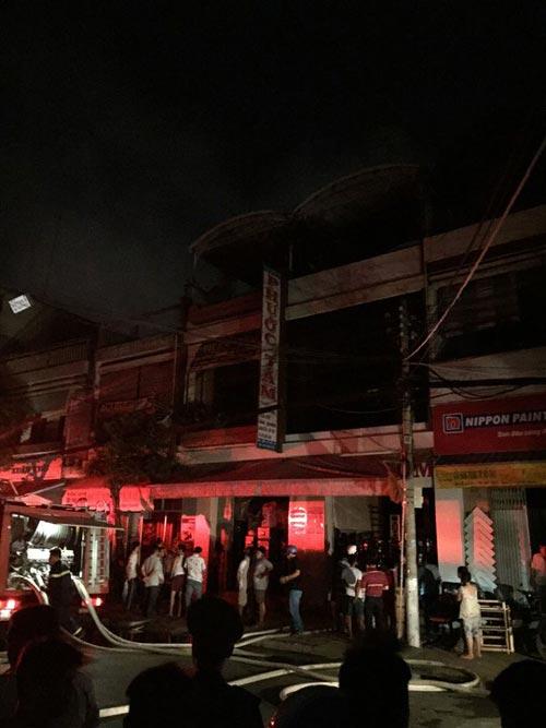 Hỏa hoạn trong đêm, hàng trăm công an chữa cháy - 2