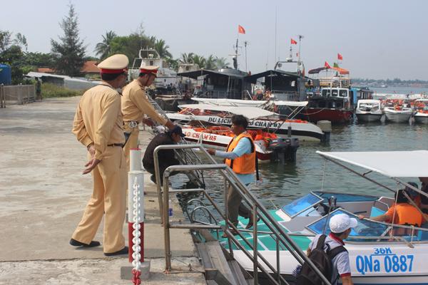 Chùm ảnh: Đảo Cù Lao Chàm hút du khách dịp nghỉ lễ - 6